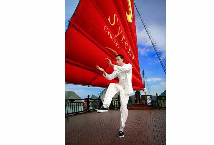 Bài tập dưỡng sinh đầy năng lượng cho một ngày mới trên tầng mái của du thuyền Syrena