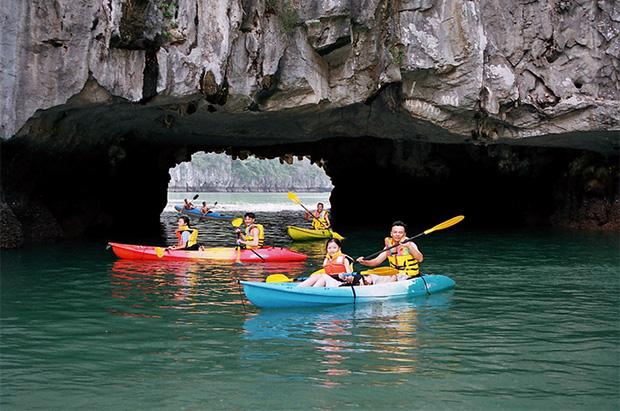 Trải nghiệm đầy thú vị với chèo thuyền kayak trên Vinh Ha Long