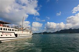 Nhìn từ xa du thuyền Carina Hạ Long