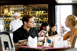 Tận hưởng bữa ăn sáng trên du thuyền Carina Hạ Long