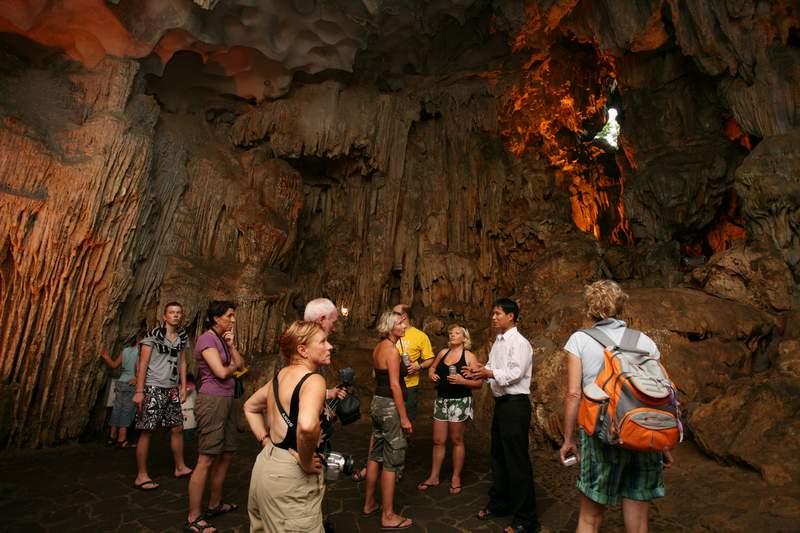 Kết quả hình ảnh cho khách nước ngòai tham quan hang động thiên cung