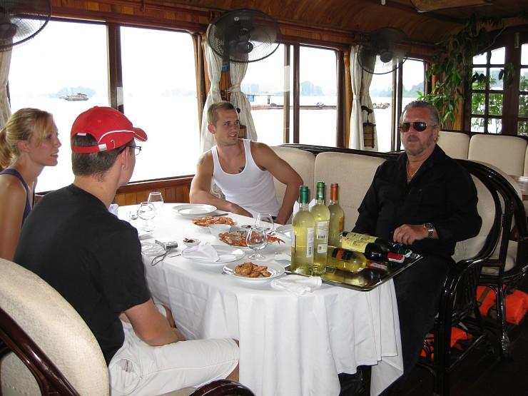 Bữa tiệc trên Du thuyền Dolphin