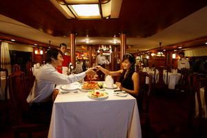 Du thuyền Emotion Hạ Long ( bàn ăn)