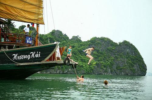 Tắm biển Hạ Long Du Thuyền Hương Hải