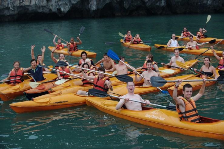 Quý khách cùng Du thuyền Phoenix Hạ Long chèo kayaking