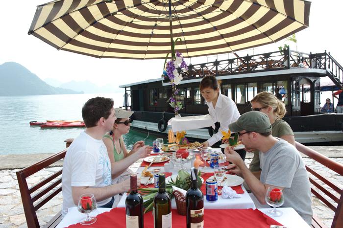 Tận hưởng bữa ăn ngon lành trên vịnh Hạlong